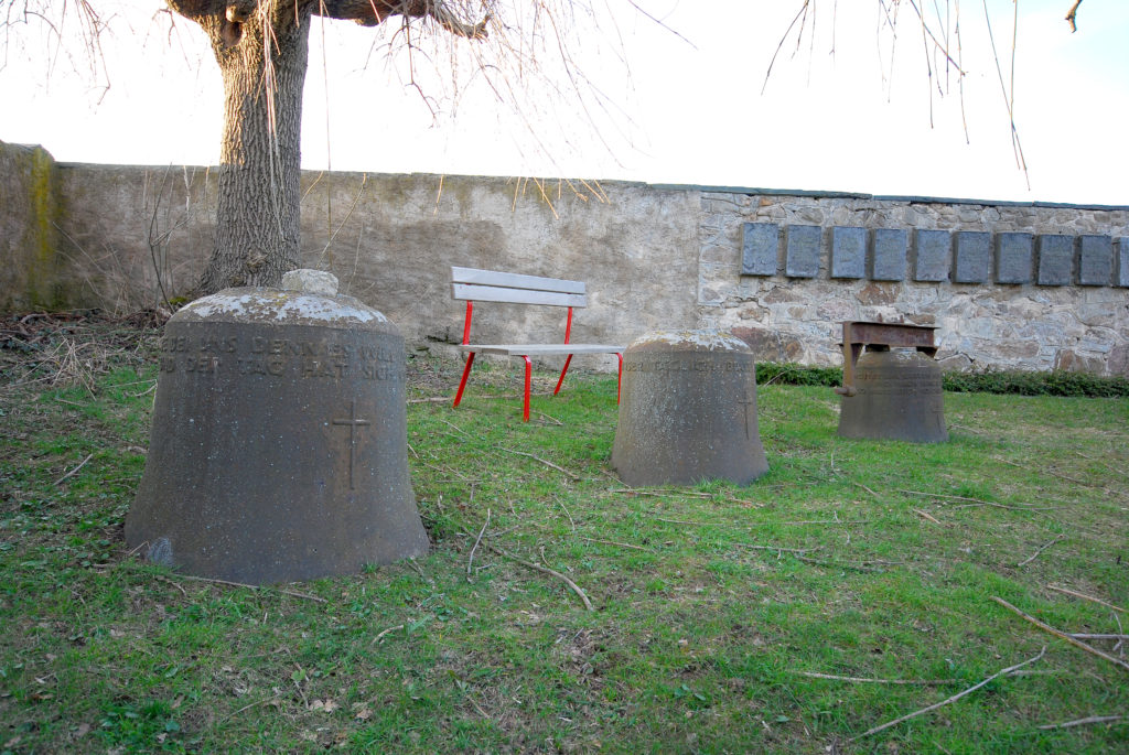 Friedhof Dörnthal - alte Glocken mit Sitzplatz