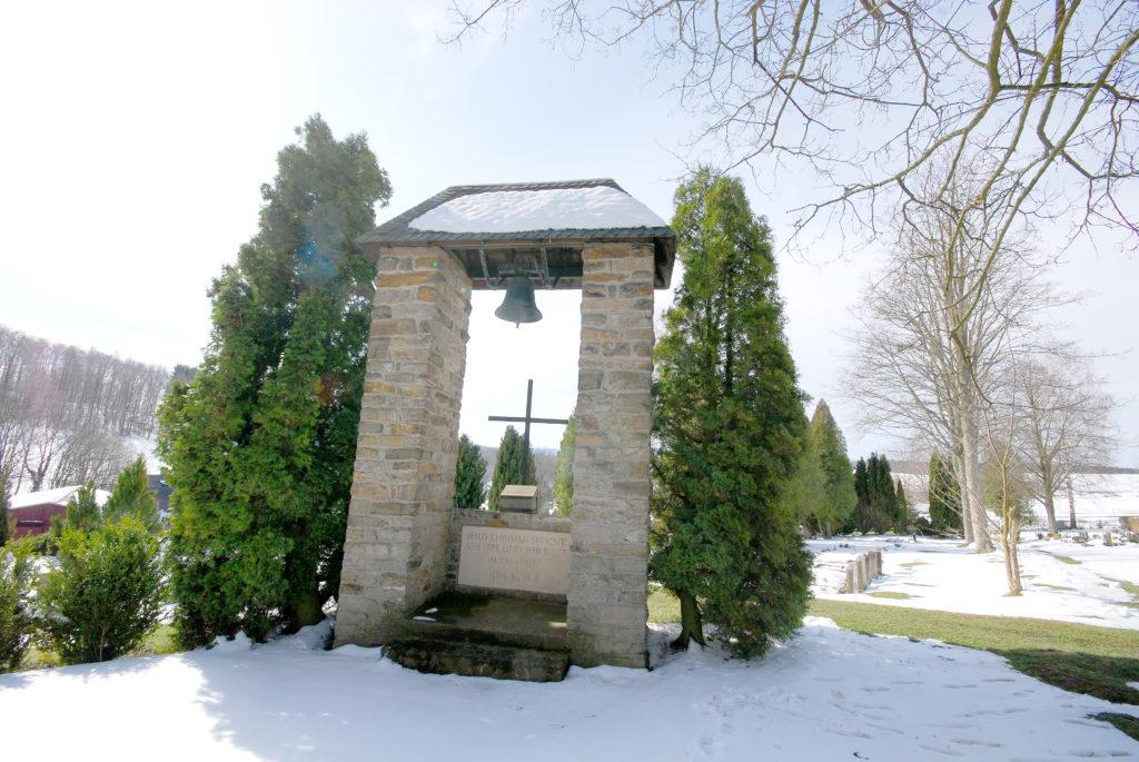 Friedhof Hallbach - Glockenstatue