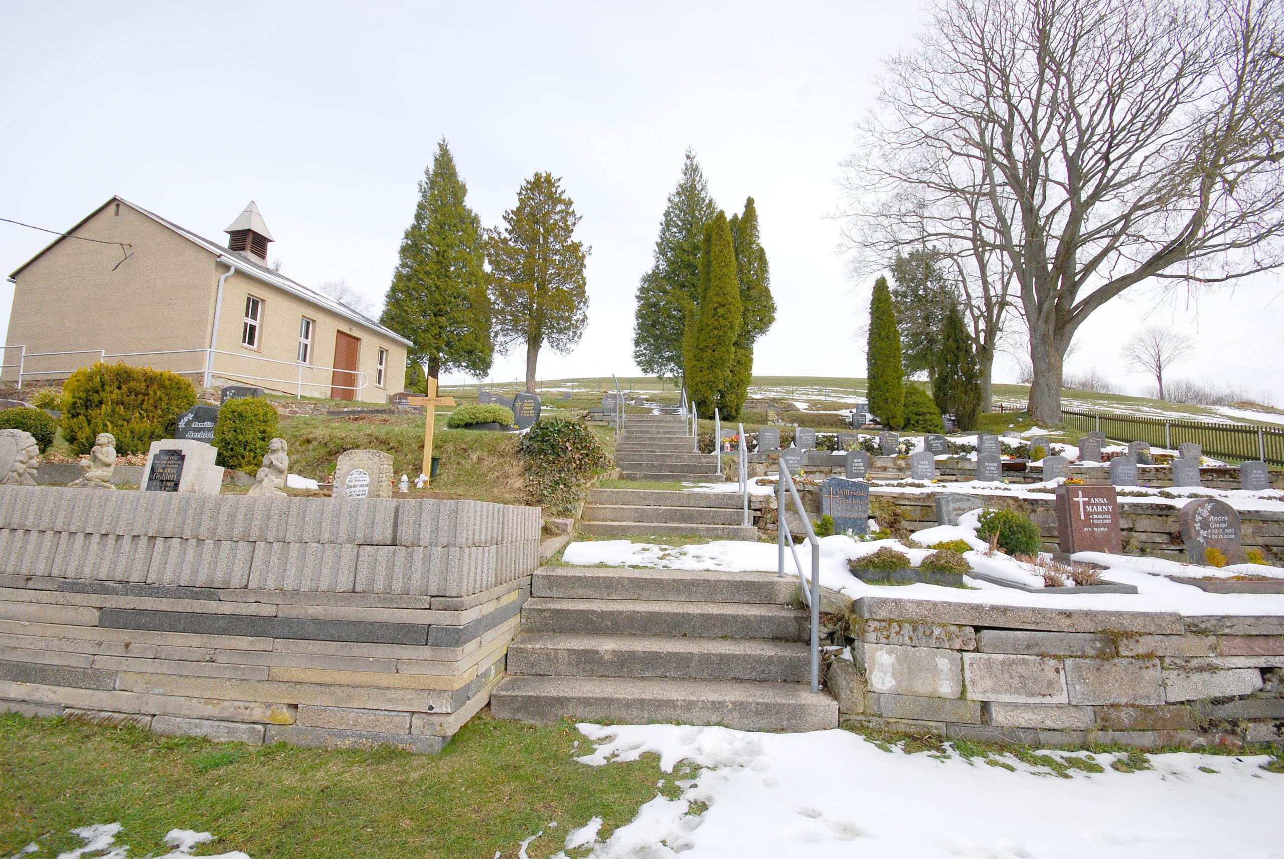 Friedhof Heidersdorf - Blick rechts der Trauerhalle