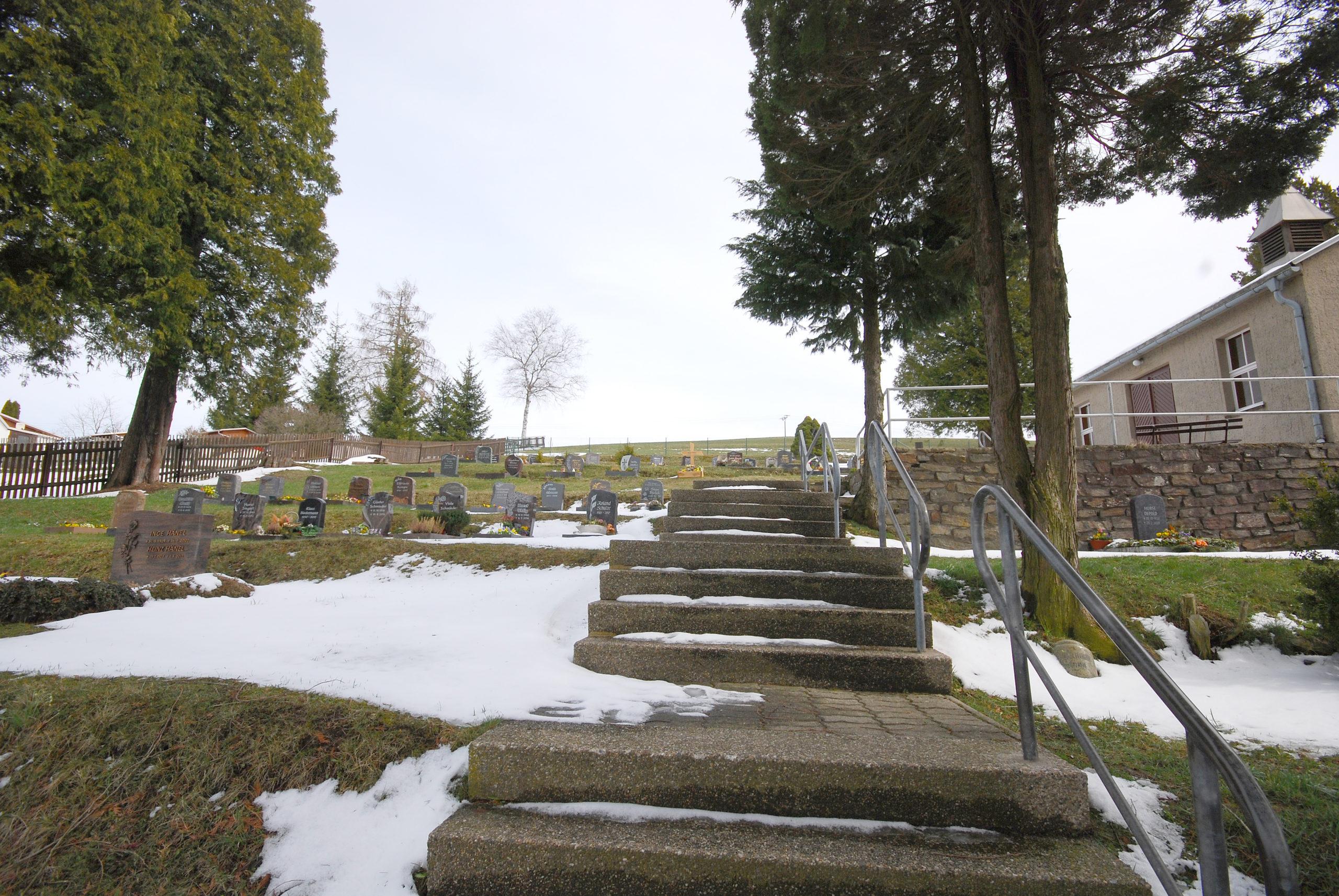 Friedhof Heidersdorf - Blick links der Trauerhalle