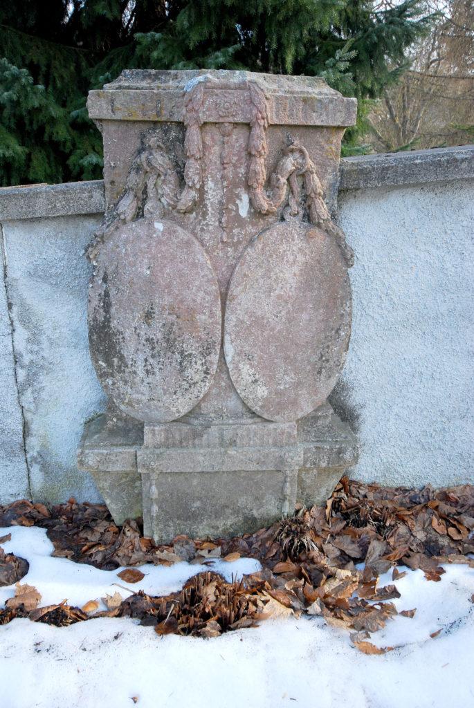 Friedhof Rübenau_Steinplatte mit Wappen