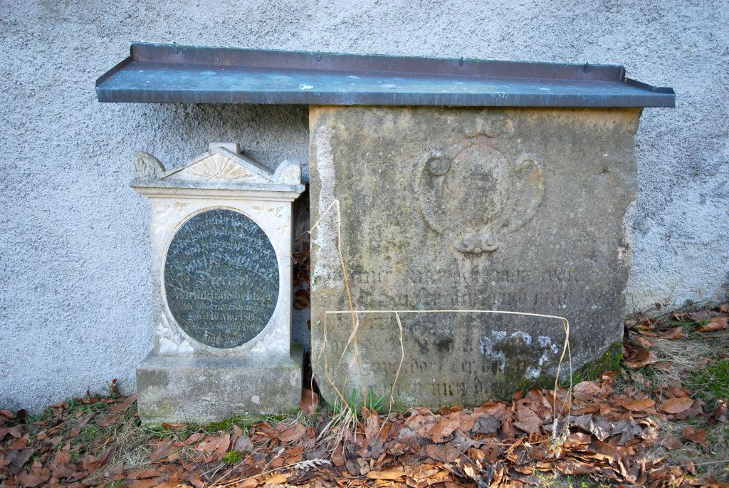 Friedhof Rübenau_Steinplatten mit Wappen