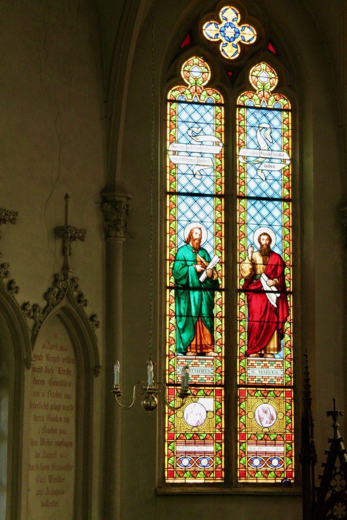 Kirche Neuhausen - Buntglasfenster im Altarraum
