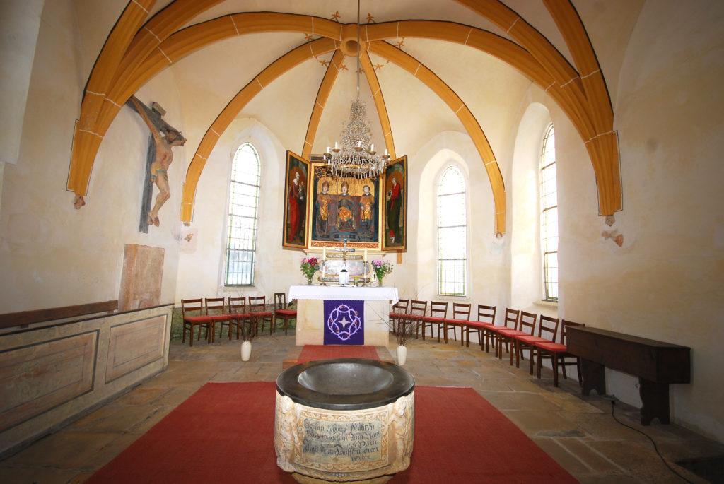 Kirche Dörnthal - Altarraum mit Taufstein