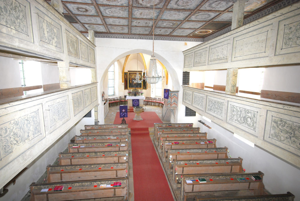 Kirche Dörnthal - Kirchenschiff mit Altarraum und Emporen
