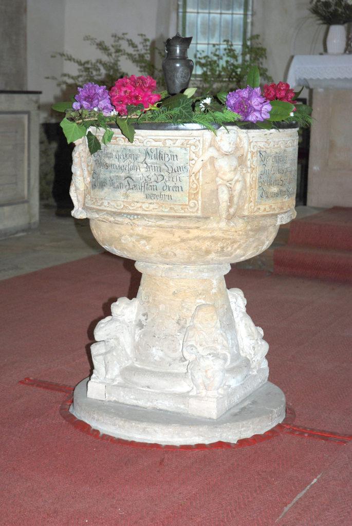 Kirche Dörnthal - Taufstein geschmückt
