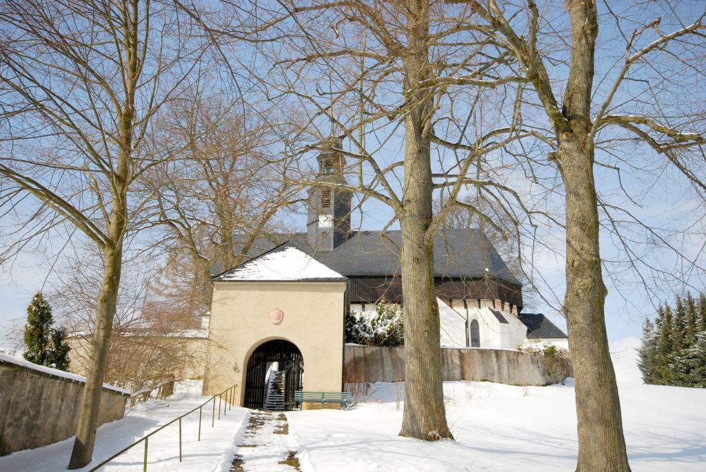 Kirche Dörnthal - Außenansicht mit Torhaus - Blick vom Parkplatz