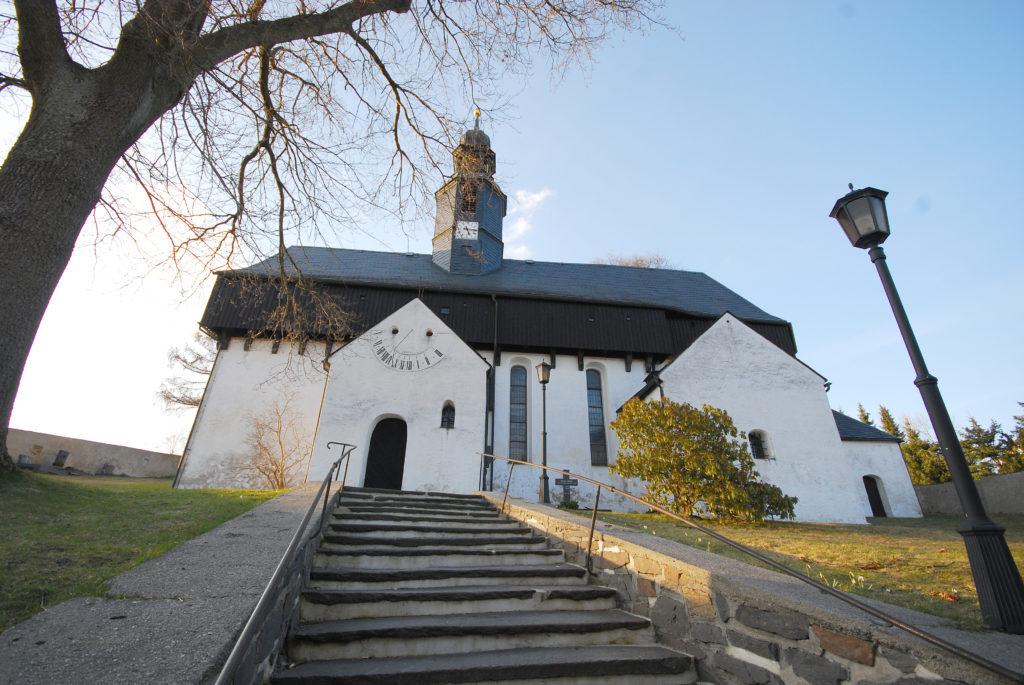 Kirche Dörnthal - Außenansicht - Blick vom Treppenaufgang