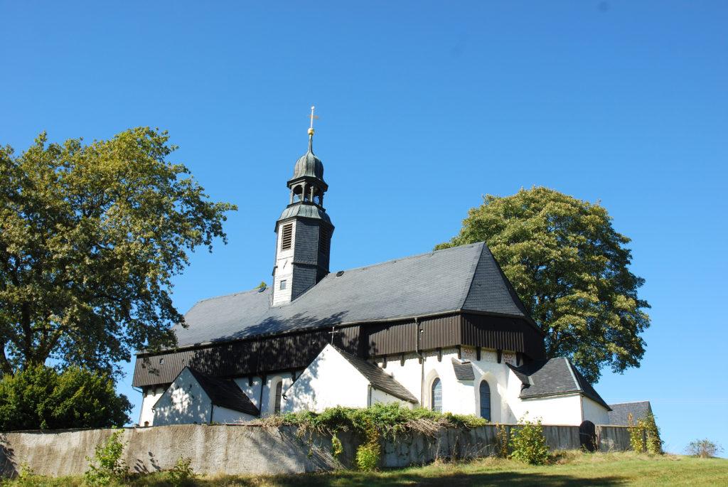 Kirche Dörnthal - Außenansicht - Blick vom Parkplatz