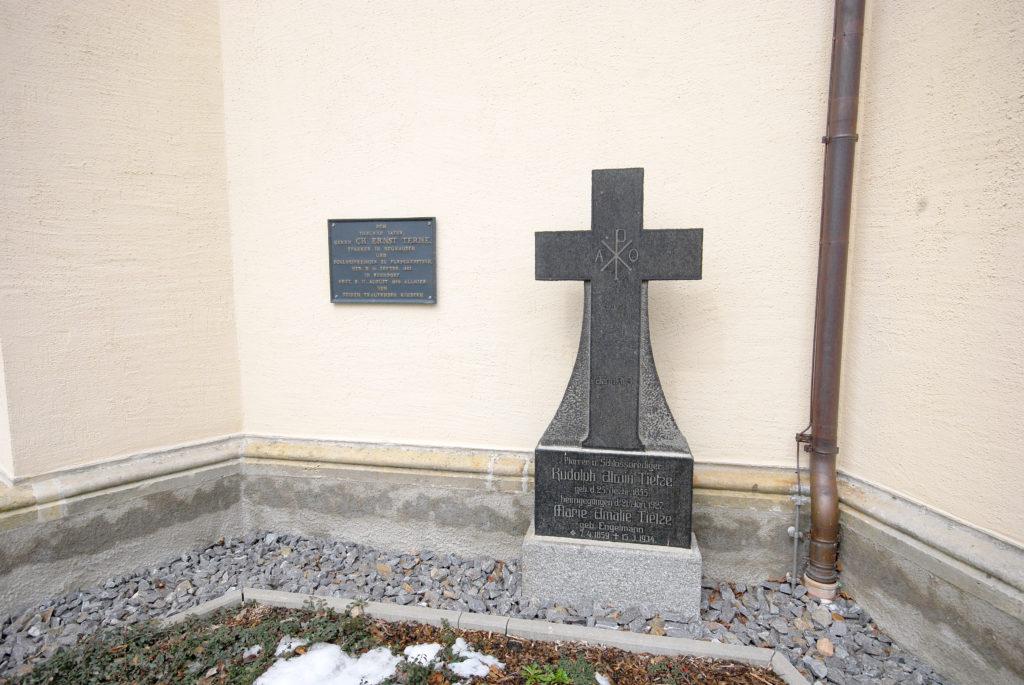 Kirche Neuhausen - Pfarrgräber
