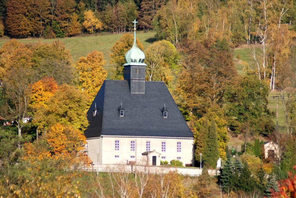 Kirche Oberneuschönberg - Außenansicht, Blick vom Gewerbegebiet