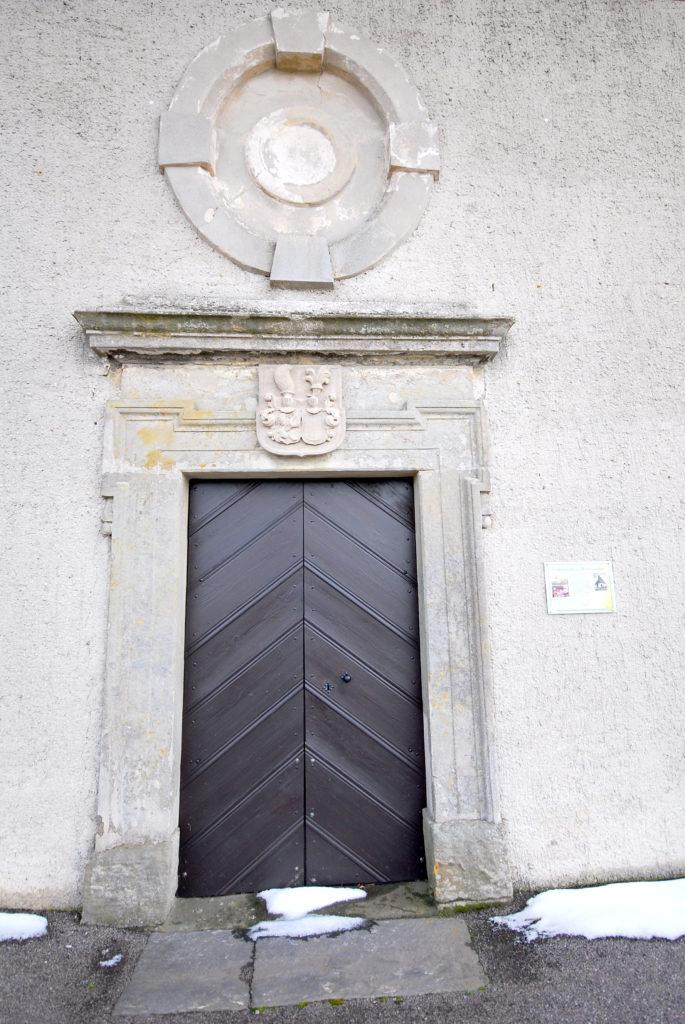 """Kirche Oberneuschönberg - Eingangsportal mit Wappen """"von Schönberg"""""""