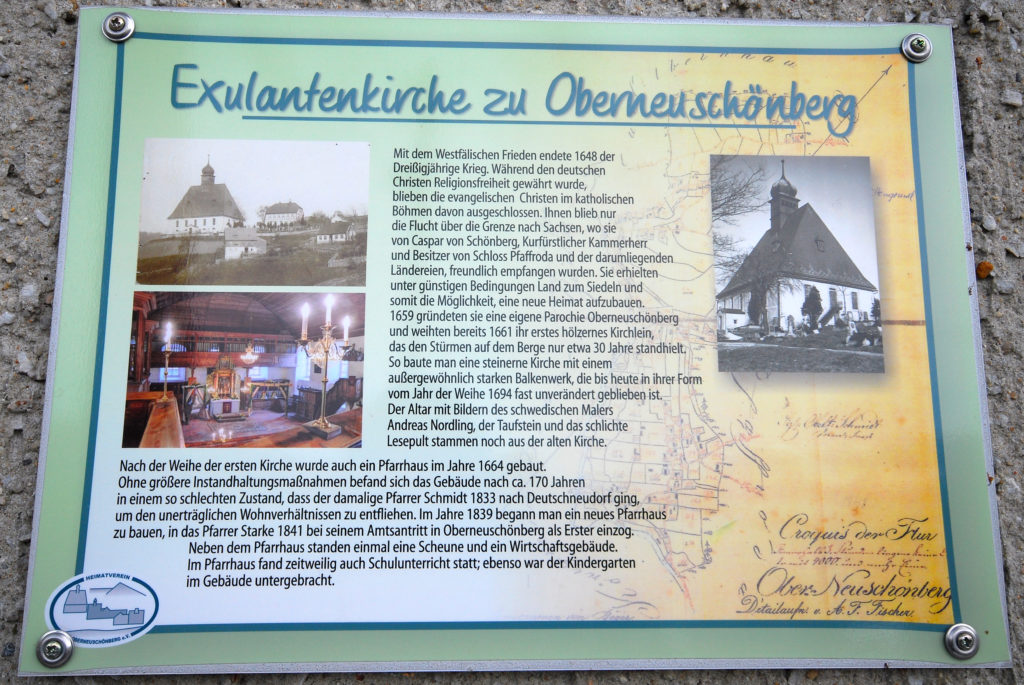 Kirche Oberneuschönberg - Infotafel neben dem Eingangsportal
