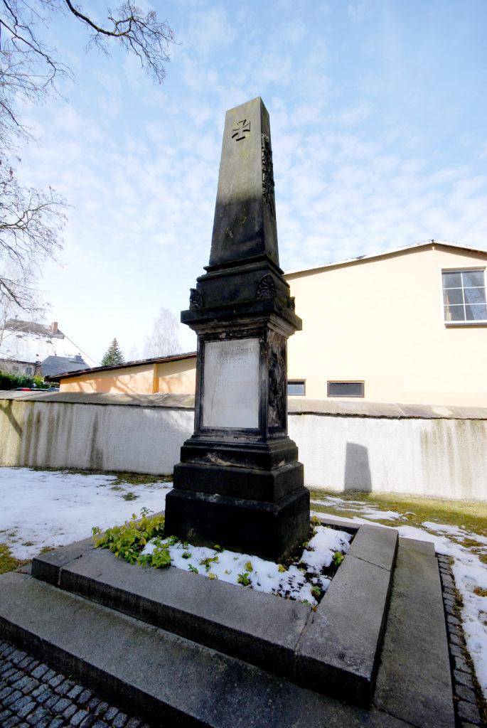 Kirche Olbernhau - Steinsäule mit Platte