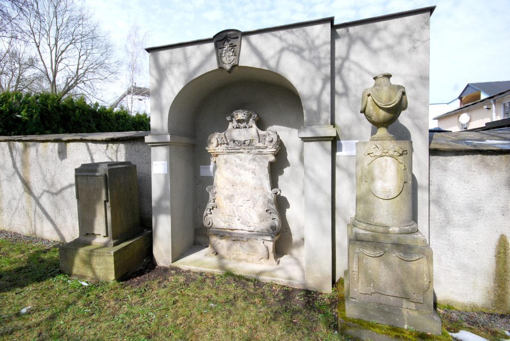 Kirche Olbernhau - Steinwappen und -vasen